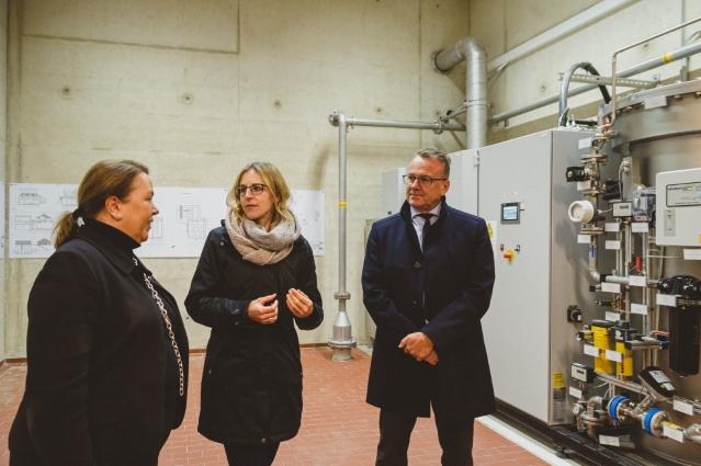 Landesumweltministerin Ursula Heinen-Esser (l.) bei ihrem Besuch der Ozonungsanlage auf der Kläranlage Aachen-Soers