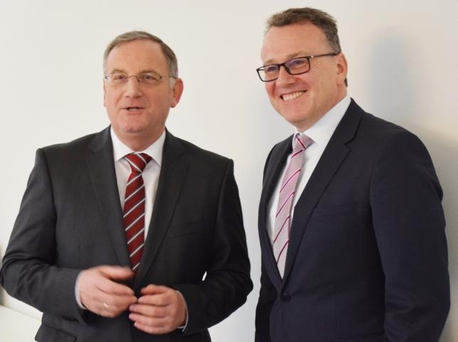 WVER-Verbandsratsvorsitzender Paul Larue, Bürgermeister der Stadt Düren (li.) stellte heute Dr. Joachim Reichert als zukünftigen Vorstand des Wasserverbands Eifel-Rur der Öffentlichkeit vor