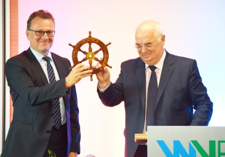 Dr.-Ing. Joachim Reichert (links) übernimmt das Steuerrad des WVER von seinem Vorgänger Prof. Dr.-Ing. Wolfgang Firk