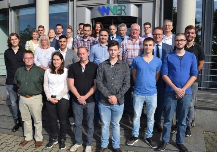 Die alten und neuen Auszubildenden zusammen mit WVER-Vorstand Dr.-Ing. Joachim Reichert sowie ihren Ausbildern und den Personalverantwortlichen des Verbands