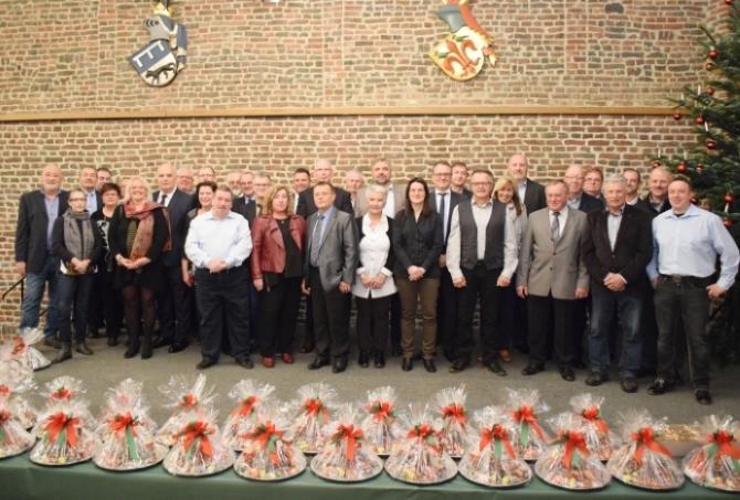 Die Jubilare und Ruheständler des Jahres 2017 zusammen mit dem Vorstand im Winkelsaal von Schloss Burgau (Düren)