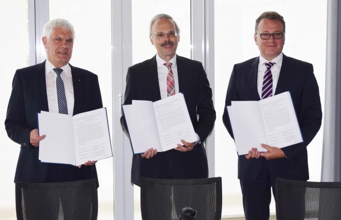 Die vorgenannten Herren mit den unterzeichneten Vereinbarungen