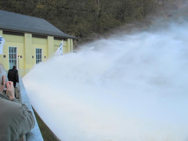 Aus den geöffneten Grundablassverschlüssen schießt das Wasser in das Tosbecken des Staubeckens Heimbach am Fuß der Rurtalsperre Schwammenauel.