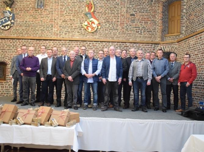 Jubilare und Vorstand im Winkelsaal von Schloß Burgau in Düren