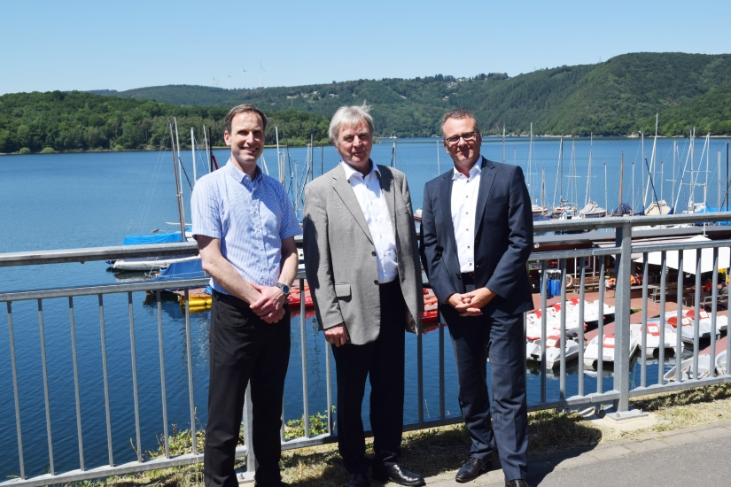 Robert Steegmans (Bildmitte) bei seiner Verabschiedung vor dem Rursee bei Schwammenauel, der auch in seine Zuständigkeit fiel, links sein Nachfolger Dr. Gerd Demny, rechts WVER-Vorstand Dr. Joachim Reichert.