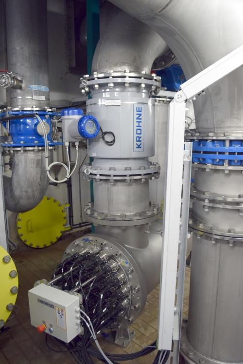 Eines der jeweils in den Ablauf der 12 Kammern der Filtration integrierten UV-Module. Jedes Modul verfügt über 32 ins gereinigte Abwasser getauchte UV-Lampen (unterer Teil des Bildes)