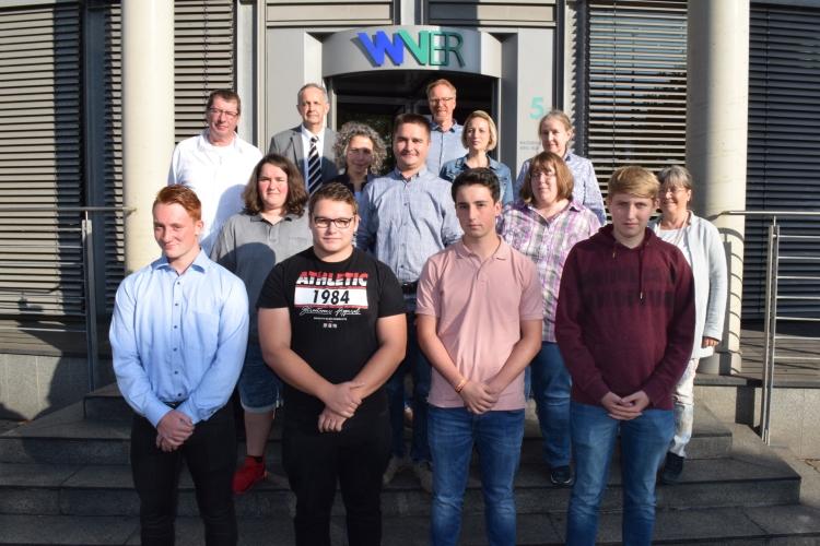 Die neuen Azubis des WVER mit Ausbildern und Personalverantwortlichen am Verbandssitz in Düren
